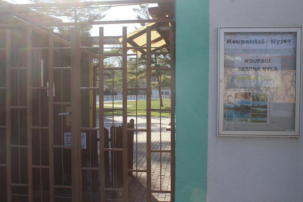Letní koupaliště v Kyjově a jeho zázemí v dubnu 2020.