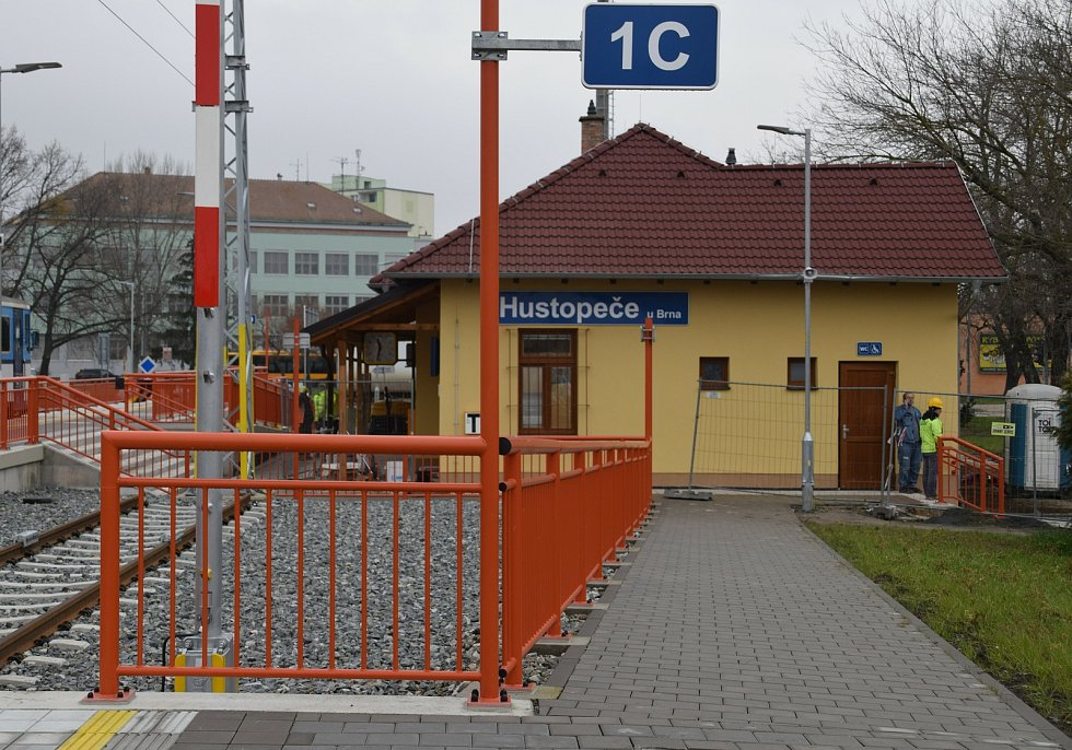 Nádražní budova, která se nachází přímo v centru Hustopečí, už je dokončená.