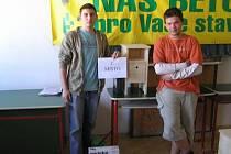 Truhlářem juniorem roku 2009 se nedávno stali dva studenti Střední odborné školy ekonomické a Středního odborného učiliště ve Veselí nad Moravou Martin Blata a Jakub Novák.