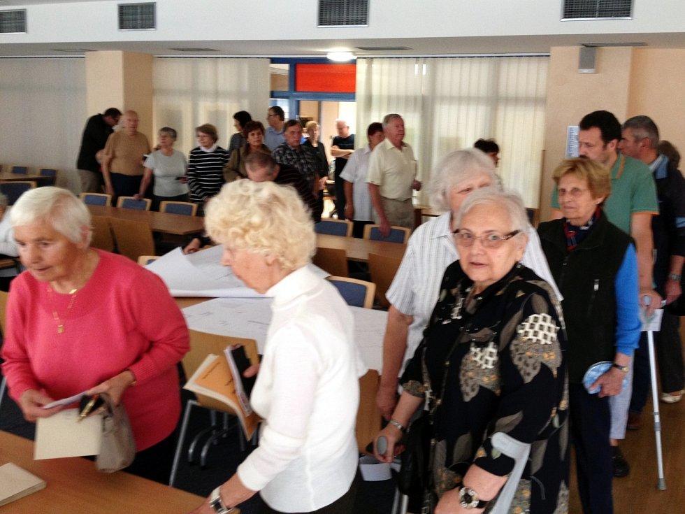 Možnost rozhodnout o výsledcích letošních voleb dostali také hosté v hodonínských lázních. Zájem byl velký.