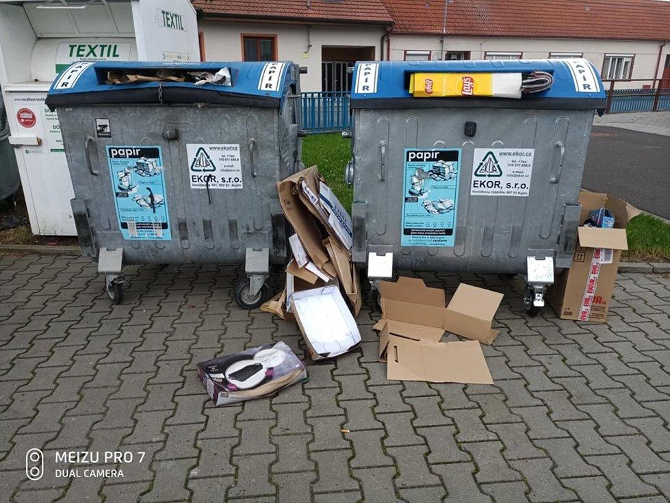 Zástupci obce Žařošice upozorňují na nepořádek u kontejnerů.
