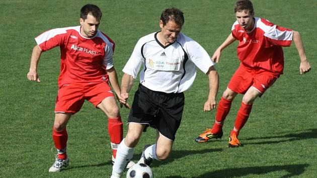 Fotbalisté Vacenovic doma nestačili na Rakvice. V důležitém záchranářském souboji prohráli 0:2. Do průměru zapadla i domácí opora Radek Příkazský (v bílém).