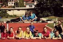 MLadí kyjovští atleti, kteří pózují na městském stadionu, získali na mistrovství Moravy a Slezska, soutěži družstev a dalších závodech v rámci Moravsko-Slovenského běžeckého poháru 2014 několik medailí.
