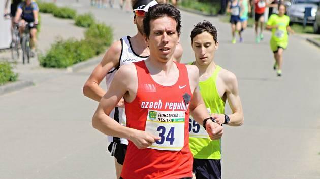 Běh Šaratice - Mohyla míru suverénně opanoval Lukáš Kučera. Známý brněnský vytrvalec zdolal náročnou třináctikilometrovou trať s dvěma těžkými kopci v čase 46:05 minuty.