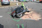 V Hodoníně srazila řidička citroenu motorkáře na stroji značky Harley Davidson.
