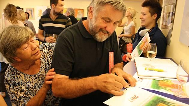 Vydání nového kalendáře doprovází výstava kočičích maleb a kreseb Jiřího Hiršla v kavárně hodonínského kina Svět. K vidění tam bude do konce srpna.