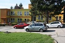 Ulice před školkou a Májová ulice ve Vnorovech mezi třetí a čtvrtou hodinou odpoledne.