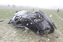 Tragická nehoda: nezvládl levotočivou zatáčku, převrátil auto a na místě zemřel.