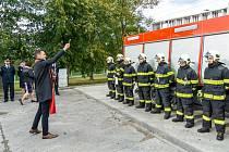 Slavnostní předání nové zásahové automobilu u hasičské stanice profesionálních hasičů, kde sídlí také dobrovolná jednotka.