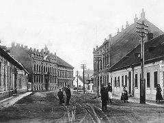 Povrch ul. Dobrovolského, tehdy Schul-Gasse okolo roku 1900.