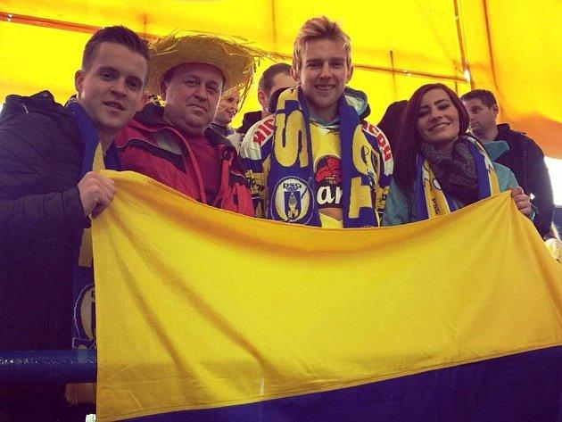 Obránce divizního Hodonína Tomáš Novotný (uprostřed) fandí s přáteli extraligovému Zlínu.
