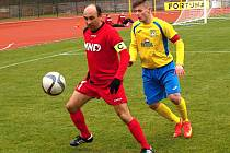 Opora Hodonína Tomáš Polách (v červeném dresu) se snaží v souboji dvou kapitánů přelstít obránce Šumperku Roberta Juráska. Sobotní duel skončil překvapivou remízou 1:1.