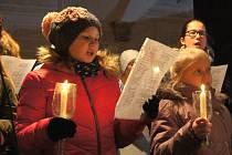 Sedm desítek lidí si ke kyjovské radnici přišlo poslechnout vystoupení dětského sboru umělecké základní školy. Zazněly známé české koledy.