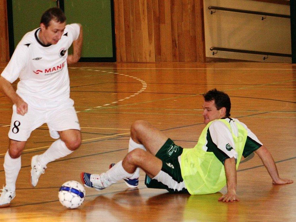 Futsal, okresní přebor: Cosmopolitan Black cats Hodonín (v bílém) vs. Kvasaco Vacenovice