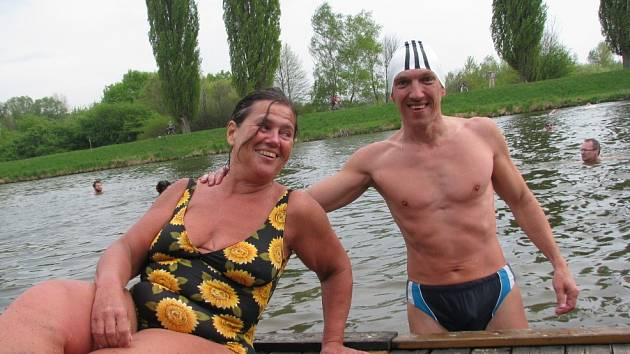 Velikonoční koupání v řece Moravě, který bylo zároveň setkání moravských a slovenských otužilců a potápěčů.