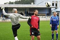 Fotbalisté Vracova (červenočerné dresy) v přípravě na druhou polovinu sezony porazili sousední Vacenovice 3:2.