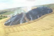Pole u Dambořic bylo v plamenech. Hasiči vyhlásili druhý stupeň poplachu.