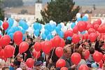 Vytvořit největší státní vlajku České republiky z nafouknutých balónků se pokusili děti i dospělí v parku v ulici Újezd v Kyjově.