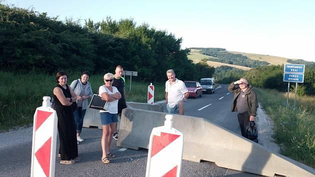 Uzavření státní hranice na silnici I/71 mezi slovenskými Vrbovci a Javorníkem na Hodonínsku.
