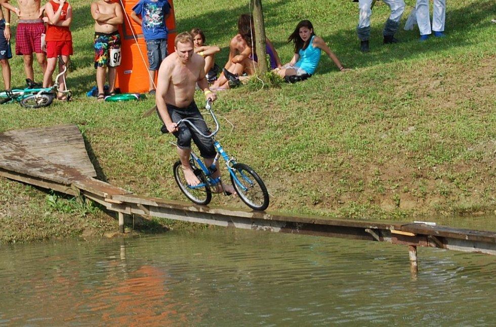 Většina účastníků hlavní soutěže Kostelecké lávky 2012 padala do vody už po pár metrech.