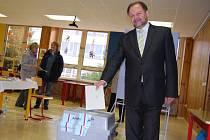 Krajský lídr Nezávislých Igor Taptič přišel volit s celou rodinou.