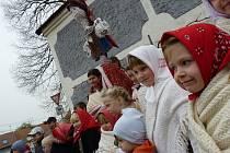 Děti z Hrubé Vrbky v sobotu vynesly Morenu a do obce přinesly Létečko.