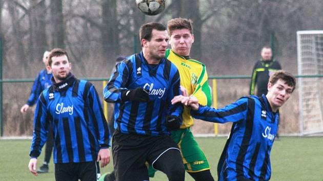 Fotbalisté Mutěnic (ve žlutém) v zimní přípravě zaznamenali první výhru. Vinaři na vlastní umělé trávě porazili Rohatec 2:1.