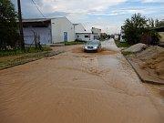 Lokální bouře doprovázená kroupami zasáhla Strážnici na Hodonínsku. Voda zatopila některé ulice i sklepy domů.