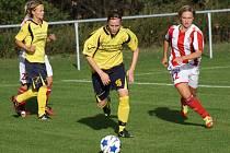 Fotbalistky Nesytu Hodonín (ve žlutém) postoupily přes ligovou Zbrojovku Brno do dalšího kola Poháru komise fotbalu žen.