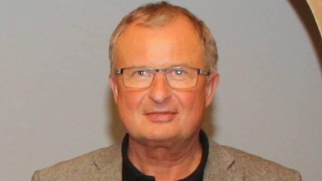 Zemřel dlouholetý ředitel hodonínské obchodní akademie Miloš Procházka.