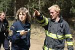 Na místě požáru už se vystřídalo na šedesát hasičských jednotek.