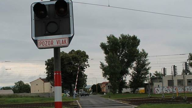 Policisté pátrají po řidiči, který poškodil světelnou signalizaci na železničním přejezdu v rohatecké Kolonii.