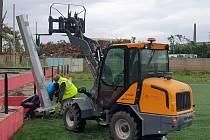 Hodonínští fotbalisté mají nad umělým hřištěm nové osvětlení.