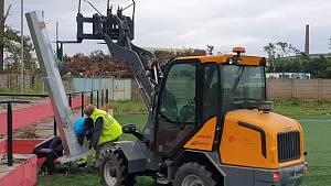 Hodonínští fotbalisté po téměř čtyřech měsících od ničivého tornáda rozsvítili nad umělým hřištěm.