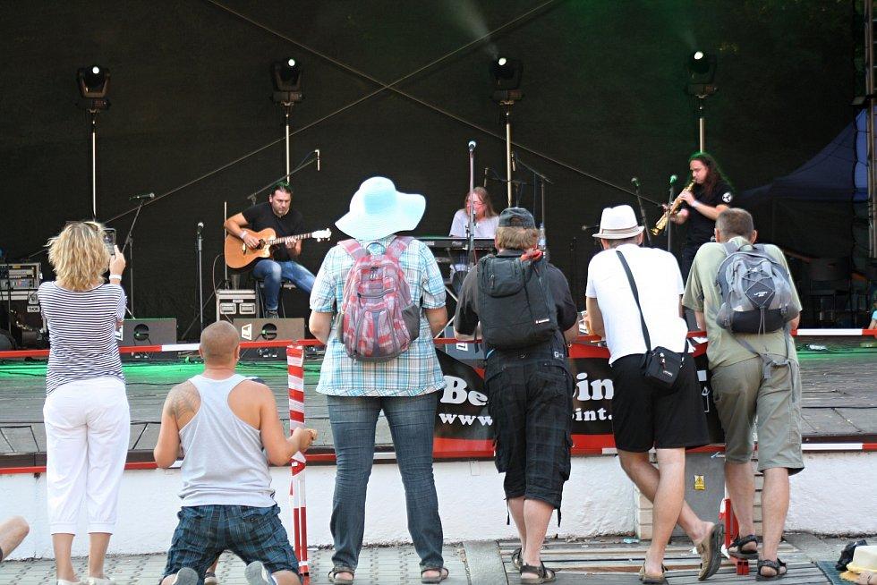 Třídenní festival Slunce ve Strážnici potěšil návštěvníky folkem, country a folkrockem. Podle pořadatelů navštívilo festival celkem asi pět tisíc lidí.