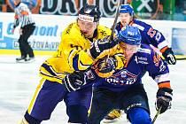 Hodonínští hokejisté (vlevo) v 5. kole druhé ligy přehráli Šumperk 5:2 a udrželi se na druhém místě tabulky.