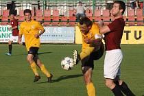 Mutěničtí fotbalisté (ve žlutých dresech) vstoupí do jarních odvet z prvního místa. Vinaři mají v čele krajského přeboru jednobodový náskok před druhým Tišnovem.
