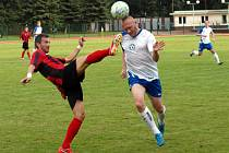 Hodonínský záložník David Šmahaj (vlevo) se snaží zastavit rozběhnutého obránce Polné Roberta Cahu. Oba zkušení hráči si v minulosti zahráli i první ligu.
