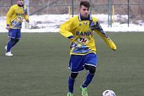 Fotbalisté Ratíškovic zvítězili v přípravě nad Kunovicemi 3:1. Na snímku drží balon záložník Baníku Robin Dobeš.