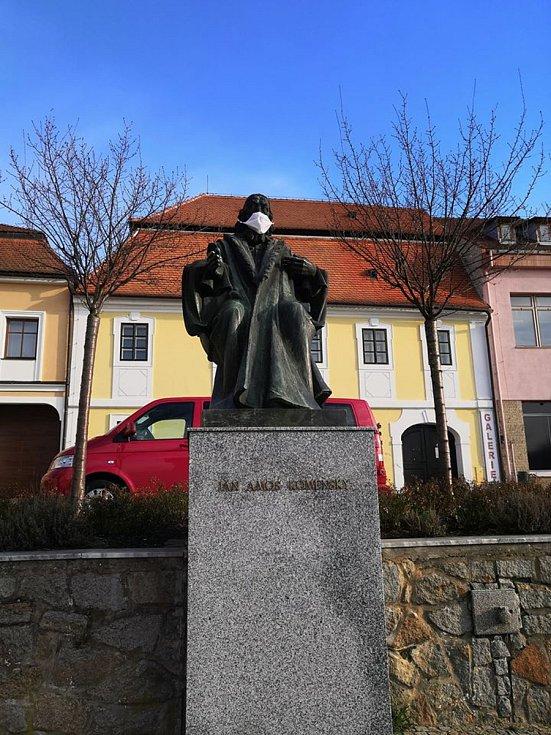 Už i učitel národů Jan Amos Komenský dostal ve Strážnici roušku.