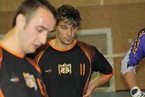 Hráč Oranjes Dubňany Radek Kundrata (vpravo) se proti Legendám střelecky neprosadil. Technického futsalistu to však mrzet nemuselo, neboť favorit v pikantním souboji zvítězil 5:3.