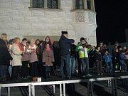 Před kyjovskou radnicí zazpívali a zahráli koledy děti i dospělí pod vedením ředitele Základní umělecké školy Kyjov Petra Petrů. Svou přítomností a zpěvem je podpořilo na sto diváků.