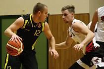 Hodonínští basketbalisté (v bílých dresech) si v oblastní lize připsali další dvě vítězství a dál se drží v čele tabulky.