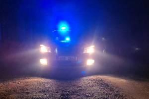 Příběh se šťastným koncem. Dívku s vybitým mobilem, ztracenou v noci v polích našli policisté. Uviděla blikající majáčky.