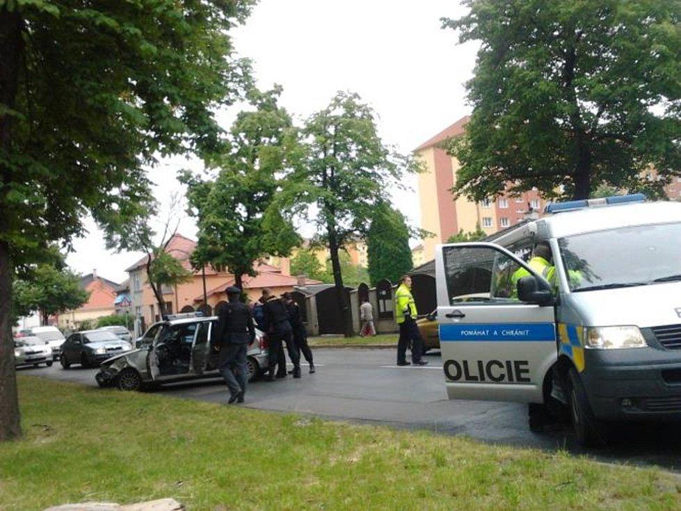 V ulici Brněnská muže policisté zablokovali a následně zadrželi.