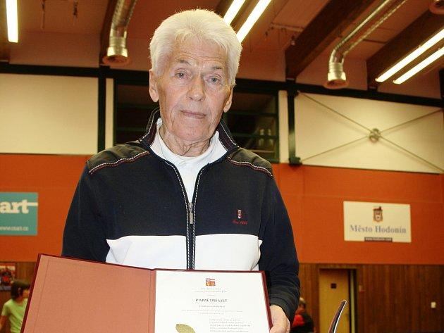 Jednaosmdesátiletý trenér Vladimír Brhel v poslední době obdržel cenu od představitelů Jihomoravského kraje, města Hodonína i Českého svazu stolního tenisu.