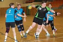 Zkušená pivotka Šárka Pospíšilová (na snímku u míče) čtyřmi brankami pomohla druholigovému Hodonínu k výhře nad posledním Zubřím.