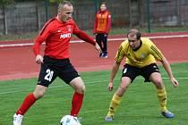 Hodonínští fotbalisté (v červených dresech) bodovali i ve čtrnáctém letošním zápase. Svěřenci trenéra Františka Komňackého v divizním šlágru remizovali s Rosicemi 2:2. Sobotní bitvu na stadionu U Červených domků sledovalo 450 diváků.