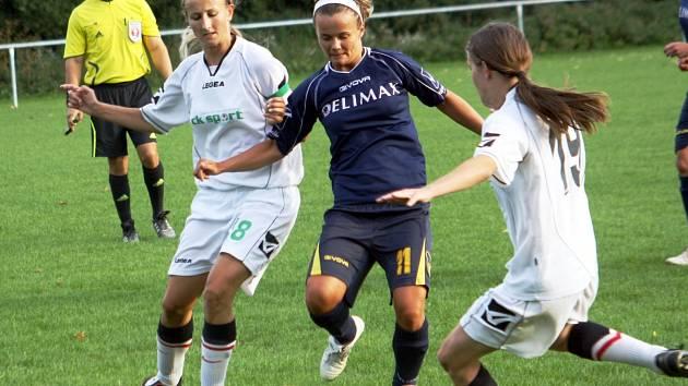 Hodonínská útočnice Alexandra Blahová (v modrém) se statečně bije proti dvěma hráčkám Horních Heršpic.