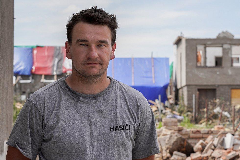 Velitel družstva dobrovolných hasičů z Ratíškovic Tadeáš Koplík. Pracuje i jako profesionální jihomoravský hasič ze stanice v Židlochovicích. Dobrovolní hasiči z Hodonínska v Mikulčicích, 27. června 2021.